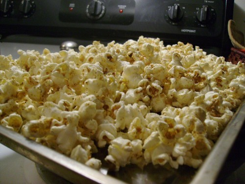 This Garlic-Parmesan Popcorn Recipe is soooo yummy!